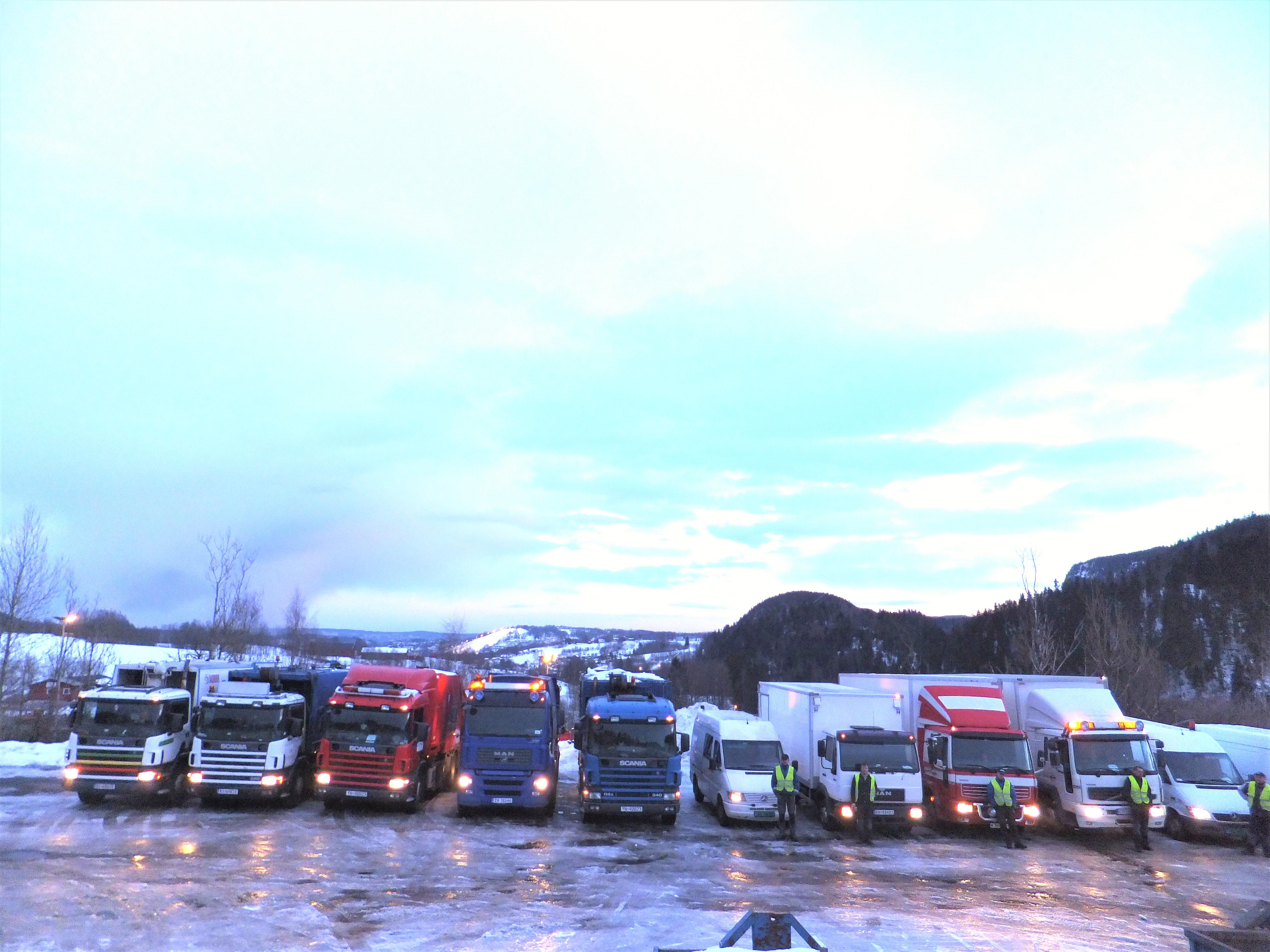 RENOVA - Her er noen av våre biler og mannskap klare for avreise, tidlig en vintermorgen.