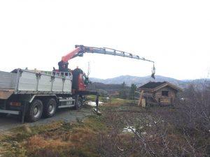 Renova. Dette er vår største kranbil, med en 29 tonnmeter kran. Den har 21 meter rekkevidde med krok, og 17 meter rekkevidde med grabb og kvistklo. Denne kranbilen benytter vi mye til henting av jord, grus, stein betong osv. med grabb, eller til å hente kvistlass med stor kvistklo/tømmerklo.