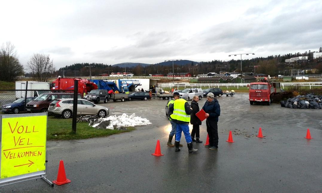 Her utfører Renova Skrotinnsamling for Voll vel, på Øvrevoll galoppbane, og tar da imot tonnevis med skrot og hageavfall fra medlemmene. Klikk på bildet, for større bilde.