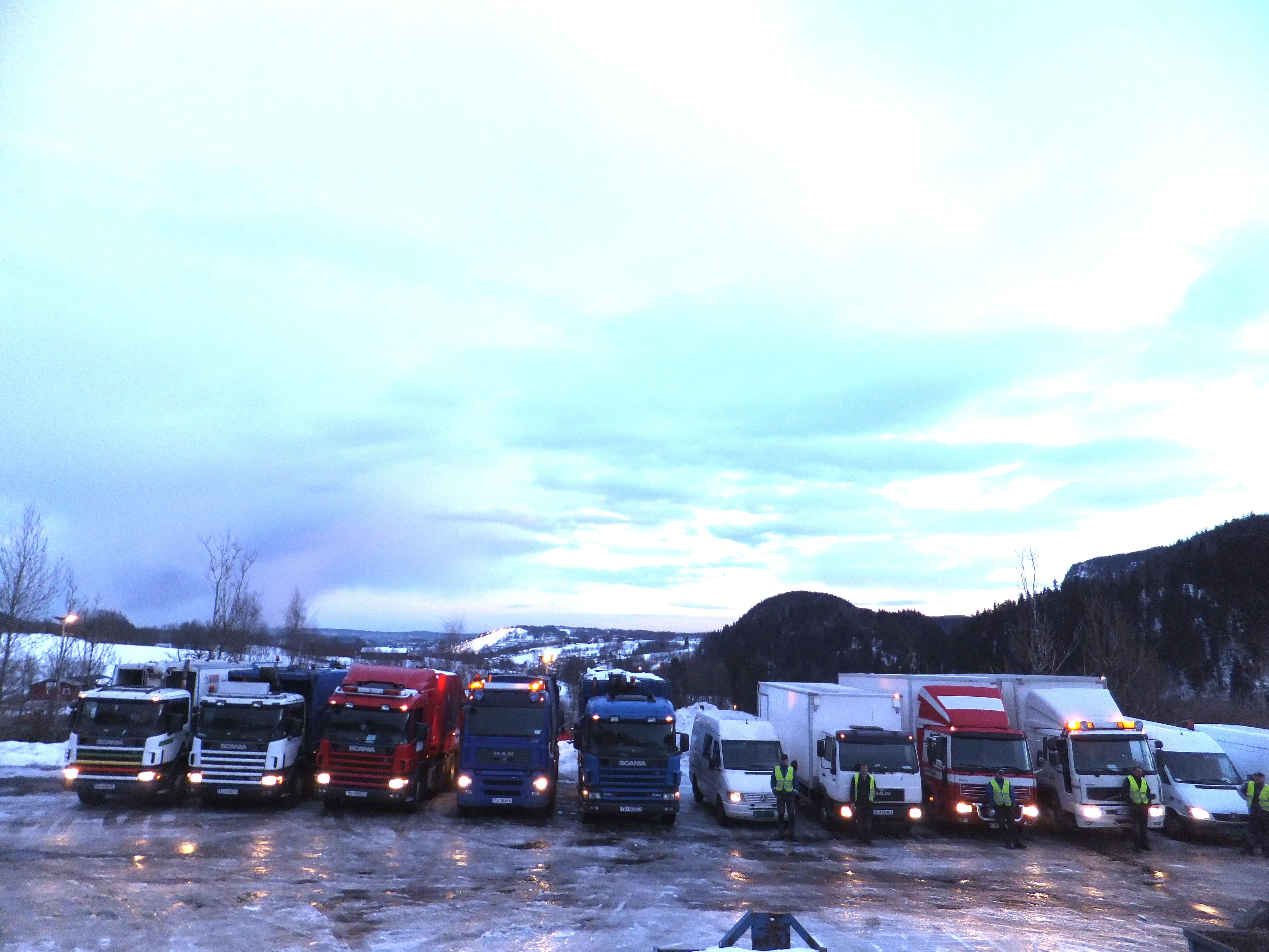 Her ser dere noen av våre biler, klare for oppdrag tidlig en vintermorgen.
