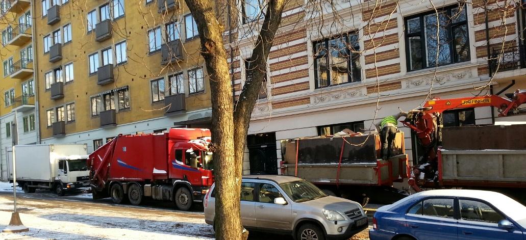 Renova, Byggavfall Byggeavfall. Her tømmer vi en leilighet for bygningsavfall, med komprimatorbil og planbil. Kun kr. 400,- + mva i fremmøte, pr. lass (4-5 tonn) + kilopris og evt. utbæring kr. 260,- pr. mann pr. time + mva.