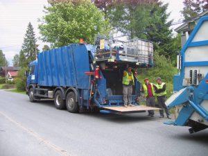 Renova – Her har vi ankommet en kunde, med våre spesialbygde komprimatorbiler. Vi henter enten det ligger i sekk, løst eller i en avfallscontainer. Kun kr. 400,- + kilopris. GRATIS INNLASTING. SE FLERE BILDER NEDERST.