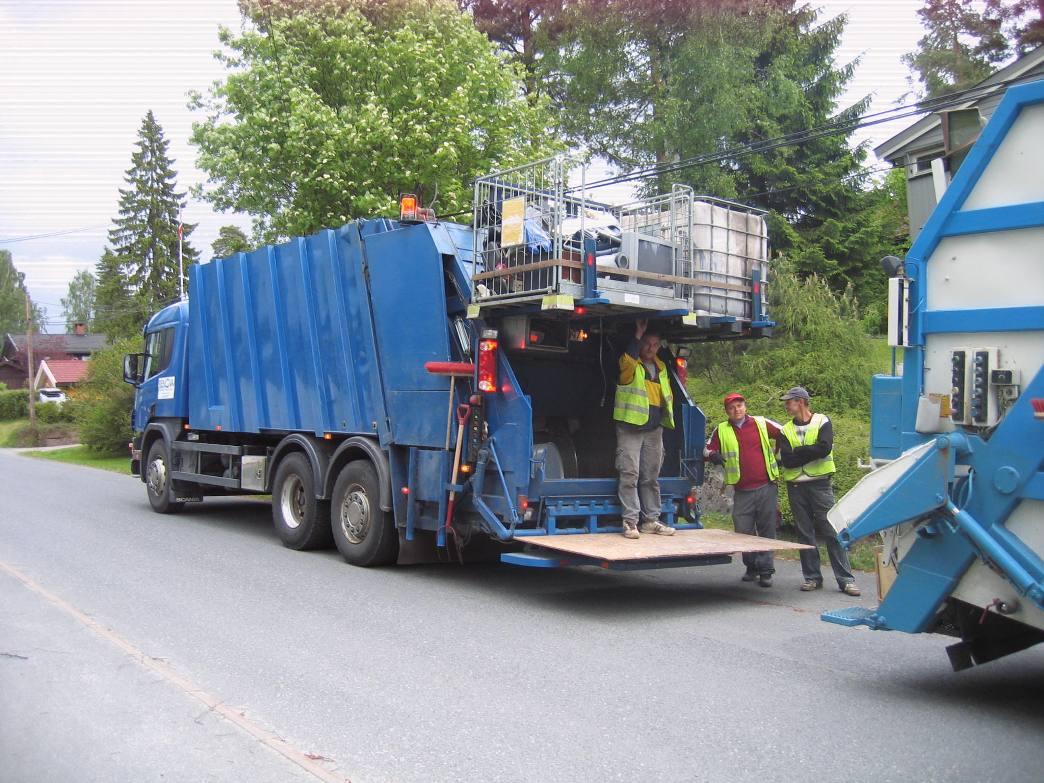 Renova – Her har vi ankommet en kunde, med våre spesialbygde komprimatorbiler. Vi henter enten det ligger i sekk, løst eller i en container. Kun kr. 480,- + mva for fremmøte + kilopris. GRATIS INNLASTING.