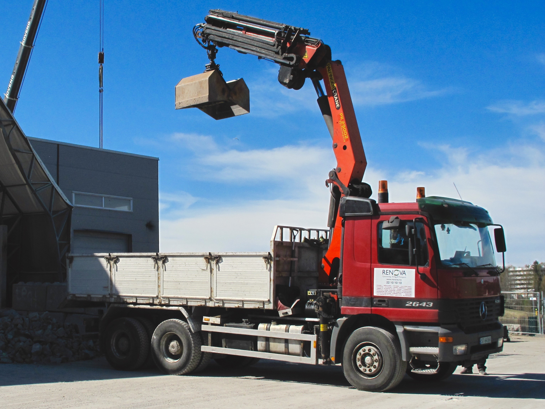 Renova. Her har kranbilen med grabb akkurat tømt ut betongmasser og er klar for neste oppdrag