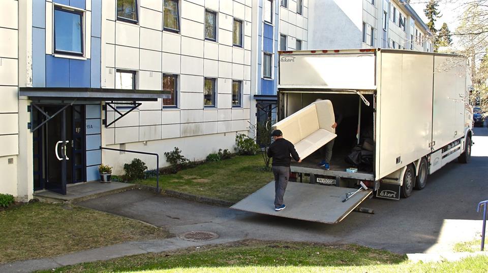 Renova. Her bærer mannskapet ut fra en av våre 65 m3 flyttebiler. Alle vår flyttebiler har løftelem bak.