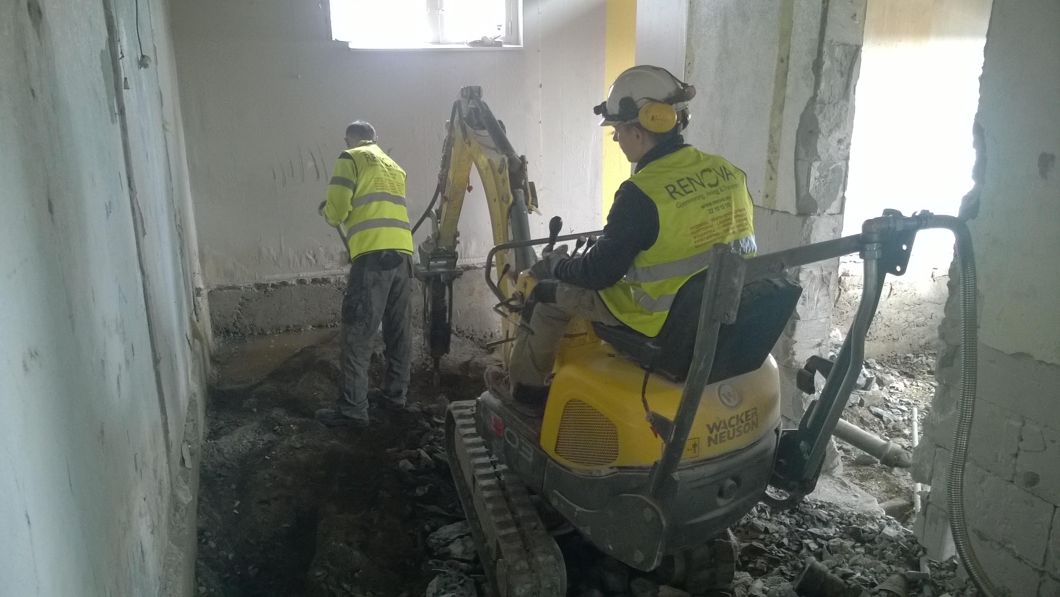 Renova, Riving og pigging. Vi monterer ofte pigghammer på gravemaskinen, for å fjerne fjellknauser eller for å pigge ned lettvegger i betong eller leca. Dersom fjellet er altfor hardt eller omfattende har vi et samarbeidende firma som driver med fjellsplitting.
