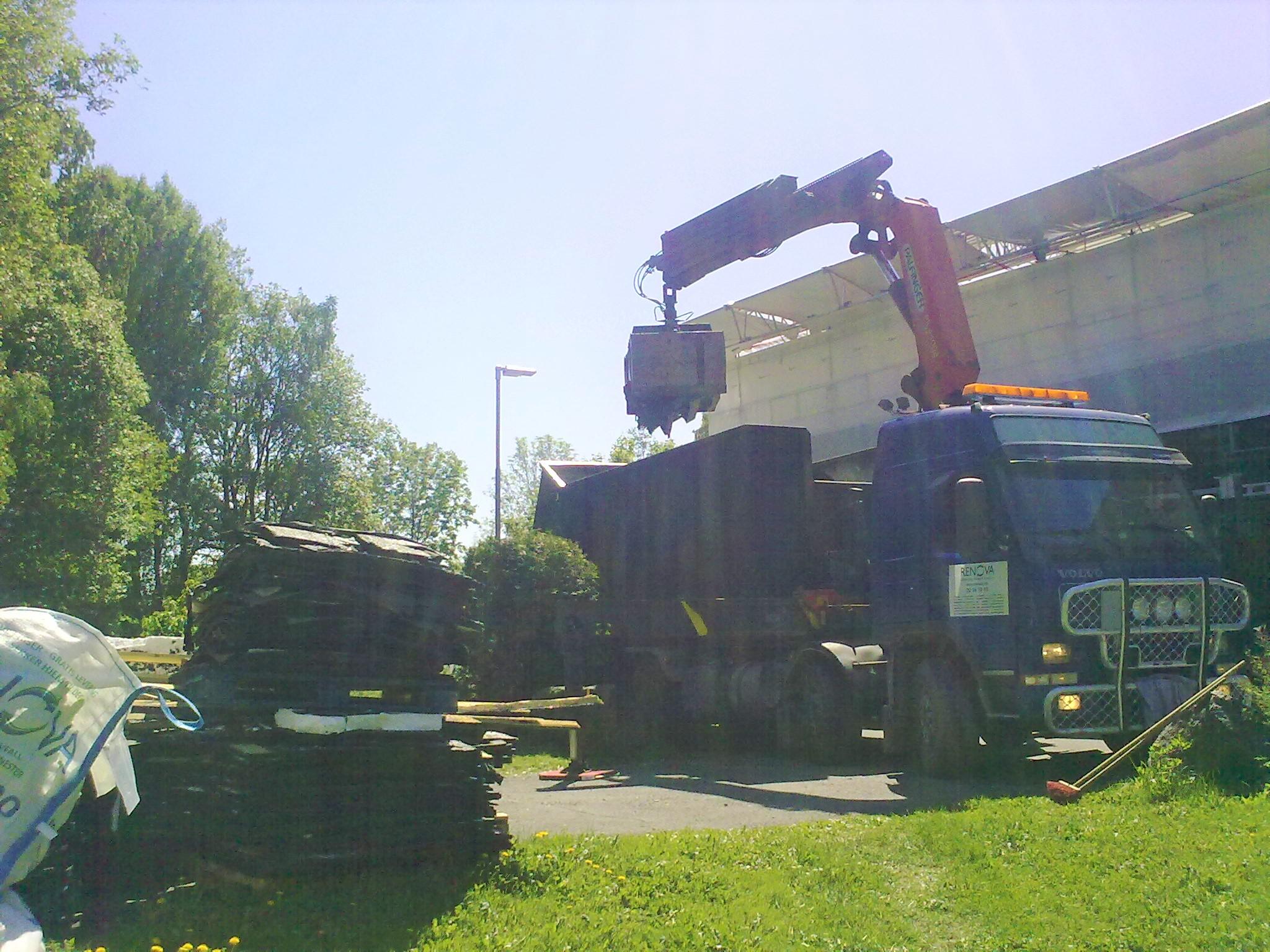 Dette er vår største kranbil, her med en 30 m3 container og grabb, til henting av Renova-sekker og byggavfall. Den brukes også til henting av jord, stein og betong, samt levering av pukk, jord, granitt og mye annet.