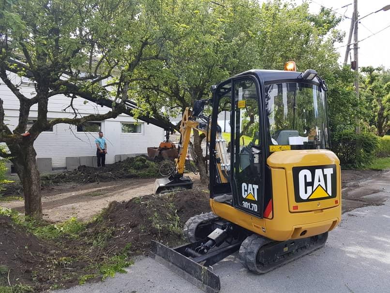 Vår 2 tonns minigraver. Denne kan vi løfte inn med vår kranbil. Den benyttes til hagearbeider, flytting av masser og mye annet